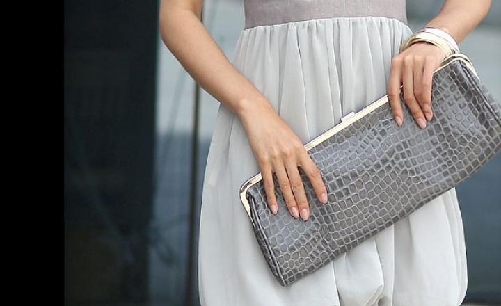Маленька жіноча сумочка. 10 речей, які зобов'язані в неї поміститися